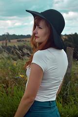 (Rafaela Gorski) Tags: redhead ruiva hat natureza nature interior vintage retro girl