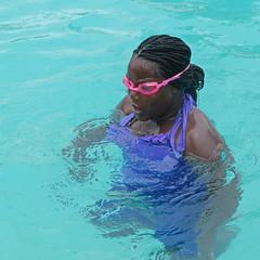 Komplementr-Taucherin (heinzkren) Tags: color pool girl look lady donna wasser schwimmen style swimmingpool srilanka bella blackbeauty mdchen multicolor belladonna blacklady badeanzug schwimmbrille komplementrfarben badebrille
