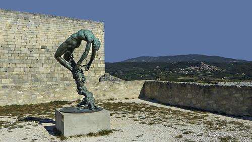 Devant l'entrée du Château, la statue de Gréco
