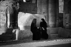 Women Chatting At Luxor Temple (El-Branden Brazil) Tags: muslim egypt hijab egyptian luxor moslem luxortemple