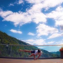 Tag 2 der #belove108 challenge ist Powerful!was könnte ein stärkerer Ausdruck von Powerful sein, als die Natur und eine Armbalance? . . ************************************************************************* #belove108 Challenge // take part and spread