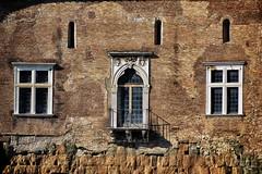 Más ventanas (Japo García) Tags: ventanas puerta edificio pared ladrillos roma ruinas palacio mármol luz sol balcón textura