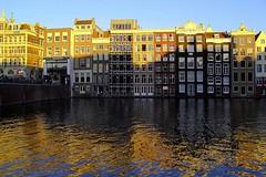 Häuserreihe Amsterdam (ploh1) Tags: amsterdam damrak häuserreihe spiegelung sonnenlicht häuser niederlande wasser aussenfassade schöneswetter