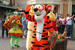 Halloween season 2014 - Disneyland Paris - 0161 (Snyers Bert) Tags: park street parque usa paris france halloween season euro disneyland events main disney mickey parade resort celebration land frankrijk tigger vrienden parc parijs mickeys disneylandparis dlp mensen mainstreetusa cavalcade plaatsen dlrp marnelavallee tigrou tijgetje gebeurtenissen halloweenseason mickeyshalloweencelebration