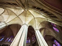 Gewölbe / Vault (schreibtnix on'n off) Tags: windows france bourges reisen frankreich cathedral fenster gothic kathedrale vault gotik säulen gewölbe colummns stétienne travellimg olympuse5 schreibtnix