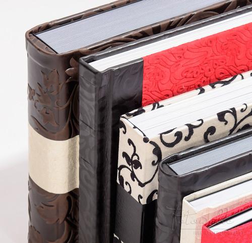 Eine Auswahl an Fotoalben mit Stoffen und Leder