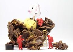 Easter Cornflake Cake Analysis (Glesga Geek) Tags: easter minipeoplehoootoys slinkachu 187miniature tiny wee people worlds preiser nochfigures