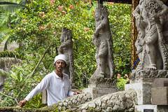 Homme aux statues...Bali (geolis06) Tags: geolis06 bali 2015 asie asia indonésie indonésia sebutu olympusem5 olympus olympusm1240mmf28 balinesetemple balitemple templehindouiste hindutemple temple