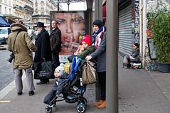 L'humanité à l'arrêt  du bus (Paolo Pizzimenti) Tags: humanité geste maternité mère fille gens diversité autocar bus paris ravenne paolo olympus zuiko omdem1mkii penf 75mm 25mm f18 film pellicule argentique dosineau vie