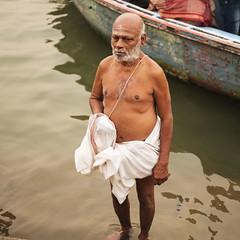 El baño del atardecer (Nebelkuss) Tags: asia india uttarpradesh varanasi rio river ganges saddhu santón abluciones fujixpro1 fujinonxf35f14 retratos portrait