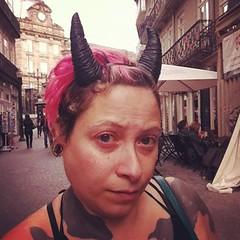 senhora com um cravo vermelho do 25 de abril na mão passa por mim e diz : ela ta mesmo linda, com cornos e tudo! #priscillachifrada (priscilladavanzo) Tags: instagramapp square squareformat iphoneography uploaded:by=instagram rise