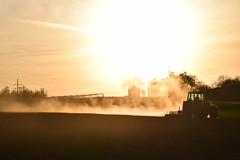 Ackern bis die Sonne untergeht -explored 14.04.2017 (chrissie.007) Tags: 20170411 acker bauer feld sonnenuntergang trecker traktor feldarbeit frühjahr deutschland badenwürttemberg remsmurrkreis