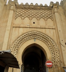 Bab Chorfa, porte de la kasbah Nouar (1886), médina de Fès el Bali, Fès, Maroc. (byb64) Tags: fès fez فاس ⴼⴰⵙ fas fèsmeknès maroc morocco marruecos المغرب ⵍⵎⵖⵔⵉⴱ royaumedumaroc marokko marocco médina medina vieilleville oldtown cascohistorico altstadt fèselbali unesco unescoworldheritagesite toits techos ville city citta ciudad town stadt oldcity porte door gate puerta porta babchorfa casbah casbahnouar 1886 xixe 19th remparts murailles murallas walls