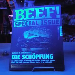 Abendlicher Blick in den Zeitschriftenladen. #Essen als #Religion (alexebel) Tags: instagram iphone4