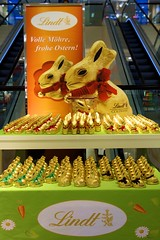 Goldbunny (andtor) Tags: berlin germany ostern osterhase easter easterbunny froheostern happyeaster buonapasqua joyeusespâques gwb rx100 goldhase lindt guesswhereberlin