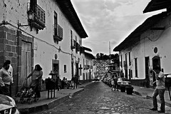 Calle (puntokom) Tags: airelibre méxico edoméxico blancoynegro blackwhite bw monocromático monochrome calle gente people
