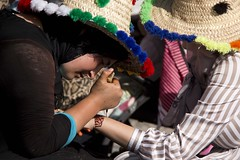 Henna artists (ramosblancor) Tags: humanos humans chicas girls moroccans marroquís bereberes artista artist tatuaje tatoo henna chefchaouen marruecos morocco gente people tribus tribes