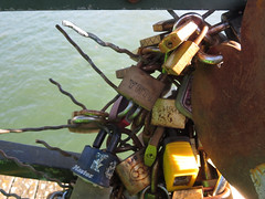 Disappearing lovelocks - Pont des Arts (Monceau) Tags: cadenas unraveling pontdesarts lovelocks