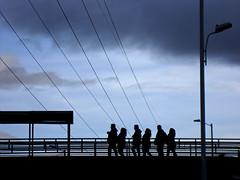 Cielo y siluetas. (s_manrique) Tags: azul postes mujer pareja negro cables cielo nubes silueta hombre puentepeatonal