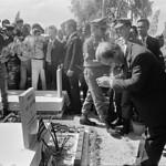 Saigon 1972 - Photo by A. Abbas - TT Thiệu viếng một ngôi mộ chiến sĩ vô danh thumbnail
