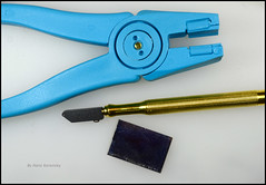 Glass Cutter with Oil (01) (Hans Kerensky) Tags: glass cutter oil cutting optical mirror provetro blue platic running breaking plier