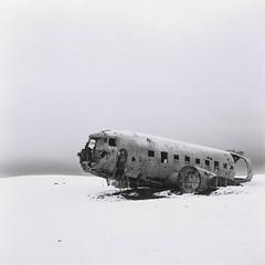 Islande #15 (The smiling monkey) Tags: old dc3 plane iceland abandonned avion islande dc 3 snow winter black white noir et blanc bw hiver neige wreck crashed airplane crash carcass
