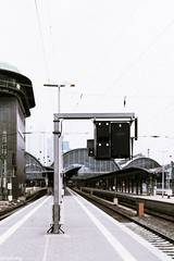 (der-kruemel) Tags: hauptbahnhof eisenbahn signal sigma stellwerk oberleitung gleis8 fernverkehr bahnhof canon canoneos70d frankfurtammain sigma1835mm 1835 1835mm 70d bf eos frankfurt hbf overheadline railwaysignal sigma1835mmf18 sigma1835mmf18dchsm signale track8 centralstation mainstation railway railwaystation