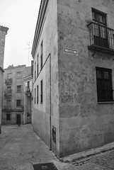Por las calles de Salamanca (Leandro Fridman) Tags: monochrome monocromo monocromático monotone monotono monocromatico blancoynegro byn bw blackandwhite blackwhite esquina arquitectura architecture ciudad city urban urbano salamanca españa spain europa europe nikon d60