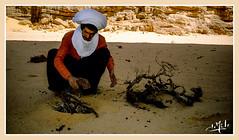 Préparation du feu / Fire préparation - Tassili n'Ajjer - Algérie / Algeria (1981) الجزائر (christian_lemale) Tags: tassili najjer algérie algeria 1981 déset desert sahara touareg targui طاسيلي ناجر djanet الجزائر
