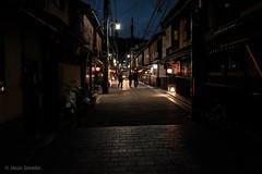祇園物語 11 (Jesús Simeón) Tags: gion kyoto night nightlife geisha nightfall streetphotography
