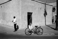(Paysage du temps) Tags: 2017 20170330c film hp5 ilford leicam6 summicron35mm maroc morocco marrakech medina velo bicycle homme man maison home