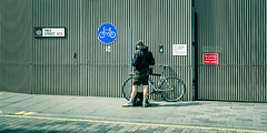 Courier Delivery (Sean Batten) Tags: london england unitedkingdom gb bike milkstreet centrallondon cityoflondon courier streetphotography street nikon df 50mm red blue signs pavement city urban person