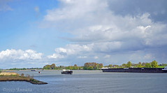Wolkenlucht boven de Lek (NL) (♥ Annieta ) Tags: annieta april 2017 sony a6000 nederland netherlands zuidholland rivier river rivière lek delek wolken clouds nuages water boten boats allrightsreserved usingthispicturewithoutpermissionisillegal