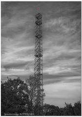 Antena de telefonía (José Antonio Domingo RODRÍGUEZ RÓDRÍGUEZ) Tags: antena telefonía móvil antenna telephony mobile blancoynegro blackandwhite rural castillo luzroja redlight