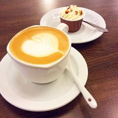 แม้ว่าเหมือนไม่มีโอกาส แม้ว่าฉันต้องพลาดอะไรมากมาย แต่ว่าการรอคอยนี้ก็คุ้ม เพราะมีเธอเป็นจุดหมาย #coffee #latteart #latte #cupcake #do_oh_food #bistro #restaurant #asoke #Bangkok #th #thailand