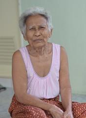 squinting grandma (the foreign photographer - ฝรั่งถ่) Tags: squinting grandma grandmother white hair khlong thanon portraits bangkhen bangkok thailand nikon d3200