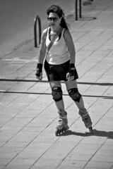 Skating (R.D. Gallardo) Tags: canon eos 6d raw retrato robado hdr blanco negro bw black bn getxo gente girl woman skate skating patinando patinadora mina beach