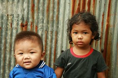 toddlers (the foreign photographer - ฝรั่งถ่) Tags: two children boy girl toddlers small child corrugated rusty iron fence khlong thanon portraits bangkhen bangkok thailand canon kiss