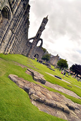 St Andrews - Quel che resta (Celeste Messina) Tags: scozia scotland scottish scozzese chiesa church cattedrale cathedral rovine ruins pov obliquo oblique standrews saintandrews fife medievale medieval prato green torre tower