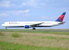 N843MH, Boeing 767-432(ER), 29716 / 865, Delta Air Lines, fleet # 1819, CDG/LFPG, 2017-04-03, Bravo loop, taxi to runway 09R/27L. (alaindurandpatrick) Tags: dl dal deltaairlines airlines 767 764 767400 boeing boeing767 boeing767400 jetliners airliners cdg lfpg parisroissycdg airports aviationphotography 29716865 n843mh