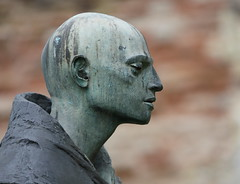 Pilgrim Statue (Mukumbura) Tags: pilgrim statue bronze wellscathedral bishopspalace wells somerset england garden face head shoulders profile easter 2017