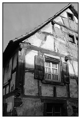 Ancienne ferme (1703) - Reichshoffen (DavidB1977) Tags: nikon d610 ais 35mm france alsace basrhin bw nb monochrome reichshoffen ferme fenêtre