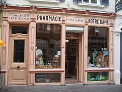 2006-07-07-0015.jpg (Fotorob) Tags: pasdecalais voorwerpenoppleinened nordpasdecalais frankrijk erfscheiding deurenramen winkelpui winkel town france boulognesurmer