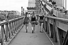 Al paso (Campanero Rumbero) Tags: budapest hungary hungria day dia travel turismo trip city ciudad street calle monocromo bn puente bridge europe europa caminando walk walking mujeres summer verano