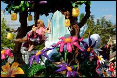 Raiponce et Anna (ramonawings) Tags: bear sleeping anna white snow paris france beauty rose frozen heart disneyland magic tinkerbell tinkerbelle peterpan coeur disney parade queen tink aurora merlin winniethepooh neige winnie blanche snowwhite reine sleepingbeauty aliceinwonderland ballo junglebook waltdisney aurore ours tangled disneylandparis dlp blancheneige clochette moustique briarrose magicien winnielourson cavalcata queenofheart raiponce reinedecoeur disneymagiconparade magiedisneyenparade livdelajungle apunzel