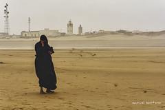 si? quin llama? (Peninqu) Tags: viaje sahara mujer movil playa mezquita marruecos tarfaya