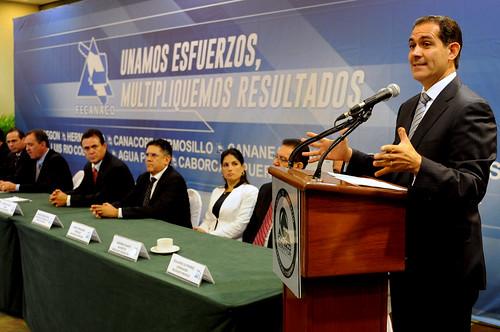 Toma Gobernador Padrés protesta a Presidente de FECANACO Sonora.