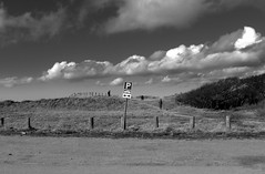 -----  P  ------ (Ken-Zan) Tags: p pplats vejbystrand skåne sweden moln ljunghav kenzan bw