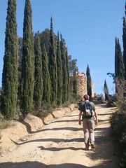 llegando a la ermita (agu²!) Tags: lugares cataluña catalunya catalonia españa espanya spain parque parc park cipreses ermita shrine paseo passejada promenade trek cypresses xiprers camino path walk camí
