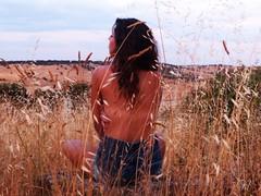 ; (escerezan) Tags: chica prado trigo morena espalda pueblo pedrosillodelosaires salamanca retratos personas